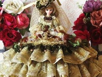 ヴィクトリア王妃の優雅で気品ある美しきアンティークゴールドのダブルフリルドレスの画像