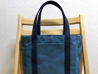 「ポケットトート」中サイズ「ミネラルブルー×ネイビー(紺)」の画像