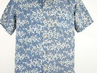 アロハシャツ 本物の着物地仕立て 着物 正絹 メンズ レディース ユニセックス 夏 海 総柄 半袖 灰青色地 三つ葉柄 Lサイズの画像