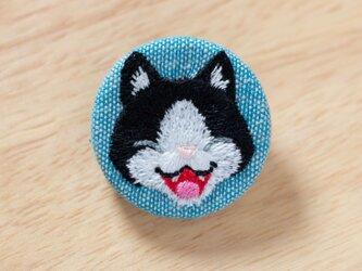 わらったネコの刺繍くるみブローチ(青)の画像