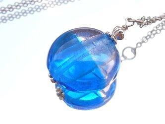 ネックレス ブルーと薄紫ガラスのトンボ玉の画像