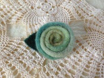 羊毛のブローチ「冬の海の薔薇」の画像
