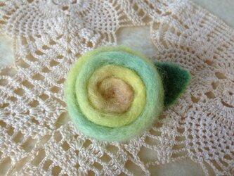 羊毛のブローチ「日だまりの薔薇」の画像