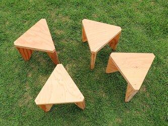 合板の三角スツールの画像