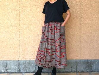 きものリメイクロングスカート、赤黒総絞り、オールシーズンの画像