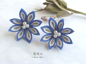 つまみ細工 一輪のお花のピアス/イヤリング 青の画像