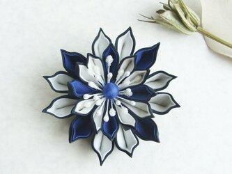 <再販>つまみ細工 青×白×黒 花コサージュ·ブローチの画像