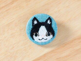 ネコの刺繍くるみブローチ(青)の画像