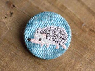 ハリネズミの刺繍くるみブローチ(青)の画像