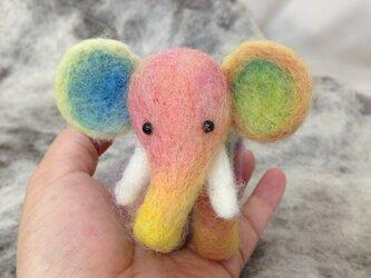 羊毛フェルト《手のりサイズの虹色象さん》の画像