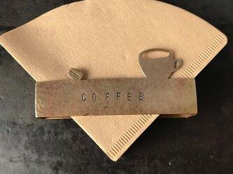 コーヒーフィルターホルダー豆とカップの画像