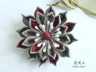 つまみ細工 赤とオータムカラーの花コサージュの画像