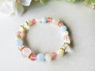 ピンクと水色とクリーム色をちりばめたブレスレットの画像