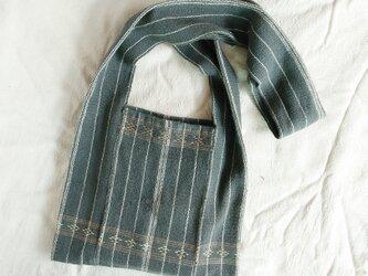 カレン族の手織り&藍染めバッグM/ 藍グレー 草木染め インディゴ/手縫い/ショルダーバッグ/冒険バッグの画像
