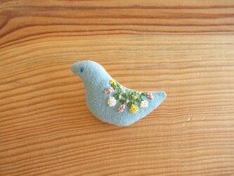 小鳥のブローチ 水色、小花の刺繍の画像