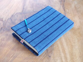 藍色手織り 縦縞ブックカバー⑧ 栞+てんとう虫のボタン付き 文庫本サイズ(調整できます) の画像
