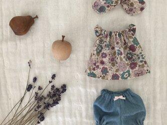パープルの花柄チュニック、かぼちゃパンツ、リボンの3点セットの画像