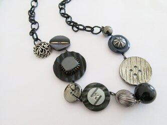 1点物☆アンティークボタン 大ぶりネックレス グレー系 レトロボタンネックレスの画像