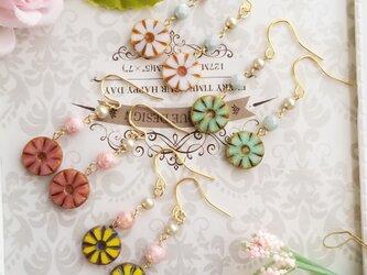 チェコビーズ 可愛いお花のピアス又はイヤリングの画像