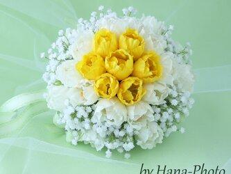 <Sale!8,000円>黄色と白のチューリップとカスミソウのブーケ  ブートニアつき (B-41)の画像