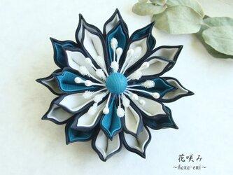 つまみ細工 ターコイズグリーン×白×黒 花コサージュ·ブローチの画像