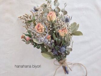 《送料無料》バラとユーカリ、小花のブーケ・スワッグ ※ラッピングは別途購入お願いしますの画像