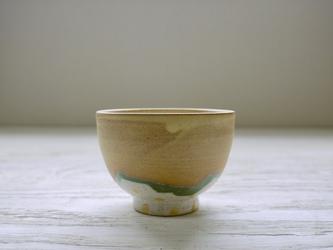黄色マットの茶碗の画像