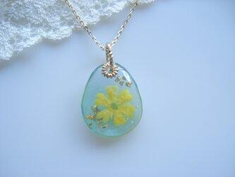 黄色いお花のグリーンドロップネックレスの画像