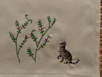 ハンカチ カラスノエンドウと猫の手刺しゅうの画像