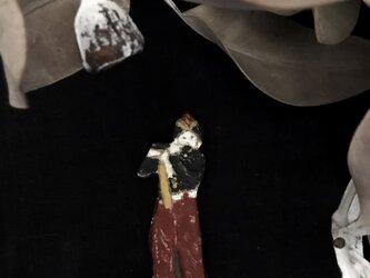 笛を吹く少年 ブローチの画像