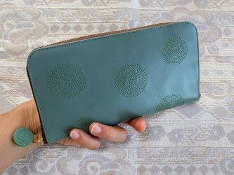 刺繍革財布『ぐるぐる』暗い水色×グリーン(牛革)ラウンドファスナー型の画像
