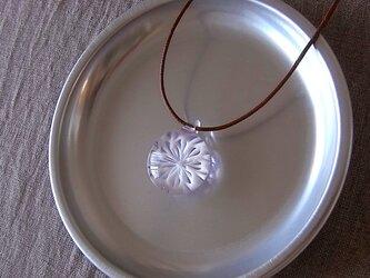 バラ窓のペンダント・白×ラベンダー・ガラス製・綿コードの画像