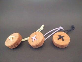 木彫り 屋久杉 ヘアゴム 《ボタン》の画像