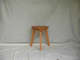 けやきの三角スツール(38㎝、木地色、でこぼこ)の画像