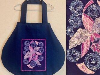 手描き手染めバティックポケットの丸バッグ〜一点もの・インドネシアの蘭柄ろうけつ染〜の画像