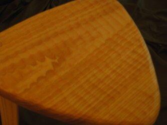 けやきの三角スツール(42㎝、木地色、でこぼこ)の画像