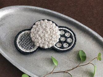 ふわもこ刺繍ドットブローチ(シルバー)【受注制作】の画像