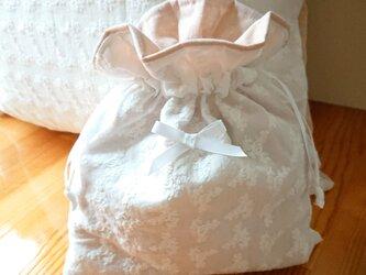 白い薔薇の刺繍巾着袋の画像