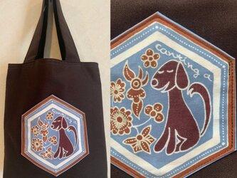 手描き手染めバティックポケットのミニトートバッグ〜おすわり犬のろうけつ染〜の画像