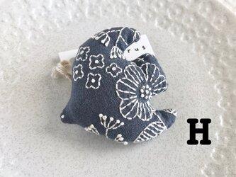 pukudori ブローチH・ブルーグレー×白の画像
