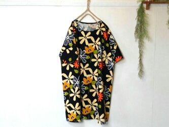 ゆったり着てね 大輪の花 ワンピース 黒 ~ チュニック 五分袖の画像