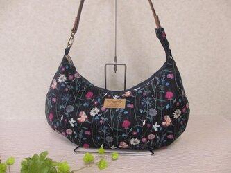 紺地に色とりどりの花々、リバティ,クレッセントバッグの画像