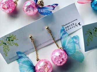 ユラユラ揺れる夏祭りピアスイヤリング ピンクヨーヨー×ブルー蝶々の画像
