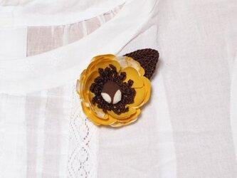 黄色なでしこ柄と茶色のコサージュの画像