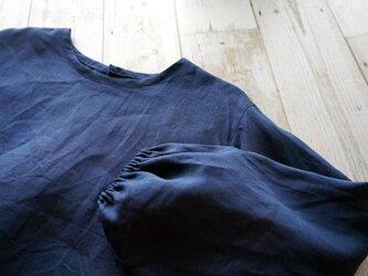 ネイビーリネン襟なしプルオーバーブラウス(ギャザースリーブ)の画像