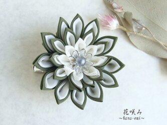 つまみ細工 緑と白のお花のブローチ&髪留めの画像