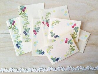 消しゴム版画「和紙の小さな封筒と便せんセット(ラズベリーとオリーブ)」の画像