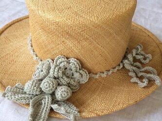 かぎ針編みのコサージュとリボンの画像
