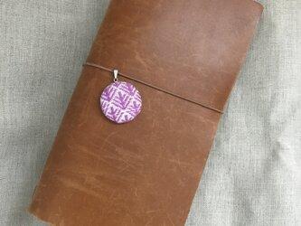 こぎん刺しの手帳用チャーム〈松笠×ピンク〉の画像