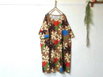 ゆったり着てね 大輪の花 ワンピース ブラウン ~ チュニック 五分袖の画像